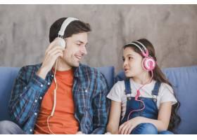 父亲节的概念让父亲和女儿一起听音乐_2120810