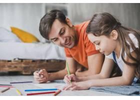 父亲节那天父亲和女儿一起绘画_2119766
