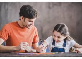 父亲节那天父亲和女儿一起绘画_2119774