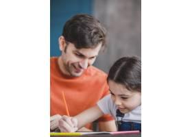 父亲节那天父亲和女儿一起绘画_2119776
