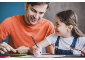 父亲节那天父亲和女儿一起绘画_2119778