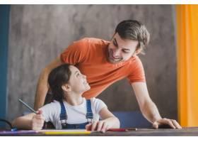 父亲节那天父亲和女儿一起绘画_2119780