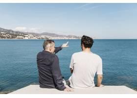 父子面向大海的父亲节概念_2287662