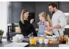 父母为女儿做早餐_2192467