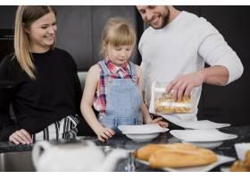 父母和女儿在做早餐_2192462
