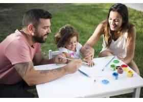 父母和女儿在公园里一起画画_3063310
