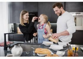 父母在厨房给女儿喂奶_2192469