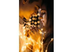 男子亲吻站在黄灯墙前的女子_2447321