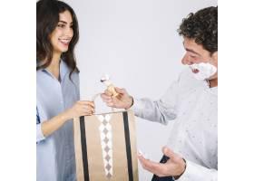 父亲在刮胡子时收到女儿送的礼物_2241202