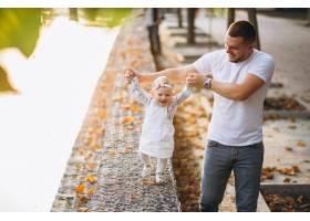 父亲带着女儿在公园散步_3202277