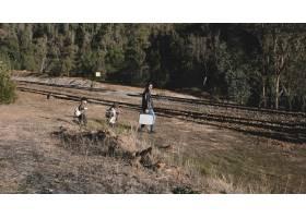 父亲带着孩子步行到铁路_1935358