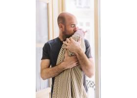 父亲抱着孩子_2041864