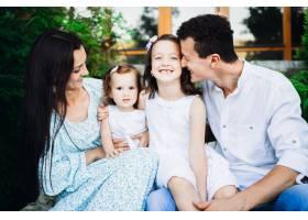 父亲拥抱与母亲坐在外面的女儿们_1617263