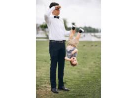 父亲牵着儿子的腿_3056618
