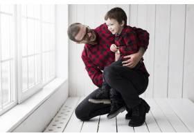 父亲节男子抱着儿子站在黑板前_2037030