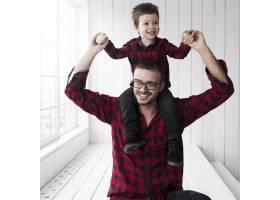 父亲节男子抱着儿子站在黑板前_2037040