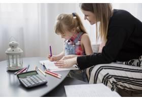 母女俩一起做作业_2209381
