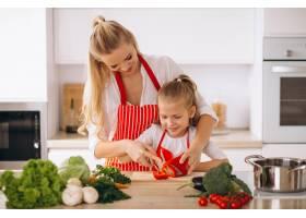 母女俩在厨房做饭_2859104