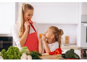 母女俩在厨房做饭_2859105