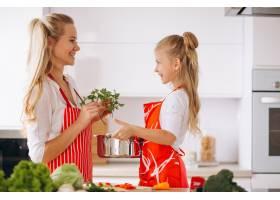 母女俩在厨房做饭_2859107