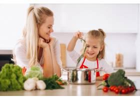母女俩在厨房做饭_2859108