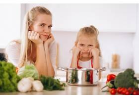 母女俩在厨房做饭_2859109