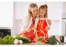 母女俩在厨房做饭_2859112