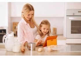母女俩在厨房烘焙_2859095