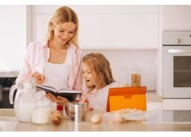 母女俩在厨房烘焙_2859096