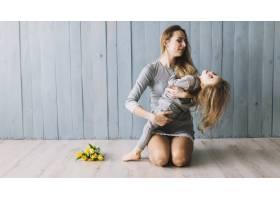 母女俩在地板上庆祝母亲节_1937443