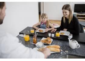 母女俩在父亲身边吃早餐_2192473