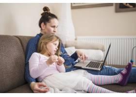 母女俩坐在一起使用笔记本电脑_2627502