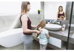 母亲给女儿梳头_2323460