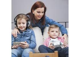 母亲使用科技接近孩子_2041349