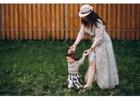 母亲和他的儿子在牧场_3204603