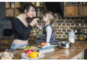 母亲和女儿在厨房里玩耍_2356368