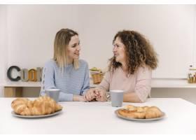 母亲和女儿在早餐时手牵手_2158002