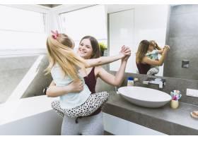 母亲和女儿在浴室里跳舞_2337188