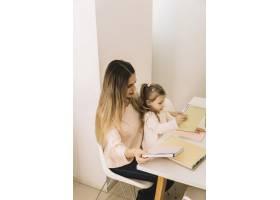 母亲和女儿在餐桌旁学习_2865911