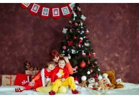 母亲和她的孩子们坐在圣诞树前_1617058