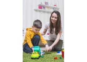 母亲和男孩玩玩具车_2209711