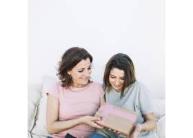 母亲在家给女人送礼物_2166062