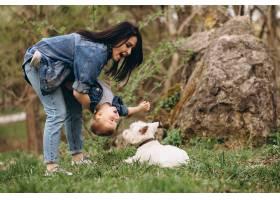 母亲带着儿子和狗_2527807