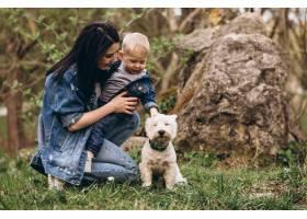 母亲带着儿子和狗_2527808