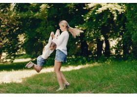 母亲带着女儿在公园里_2874642