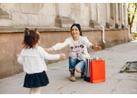 母亲带着女儿在城市里_3093514