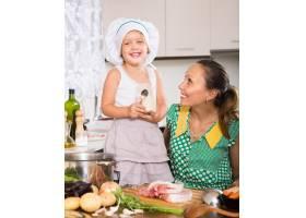 母亲带着女儿做饭_1632136