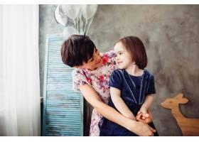 母亲带着女儿坐在梯子上拿着气球_1617217