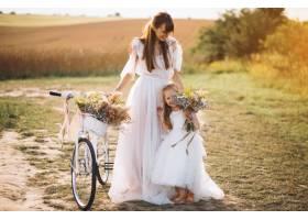母亲带着她的孩子穿着漂亮的衣服骑着自_2858986