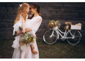 母亲带着她的孩子穿着漂亮的衣服骑着自_2859004